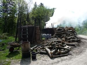 Retorty produkujące węgiel drzewny, fot. Dawid