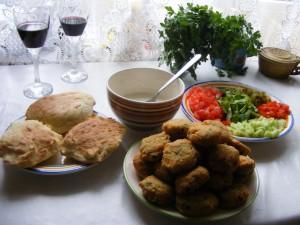 Falafel w picie z warzywami i sosem czosnkowym