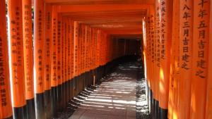 Tysiące tori w Fushimi Inari zapisane nazwami fundatorów